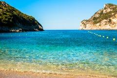 Голубая кристаллическая вода и белые пляж лета песка и предпосылка праздника с космосом экземпляра песчаный пляж в заливе на Стоковые Изображения RF