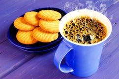 голубая кружка кофе стоковое фото