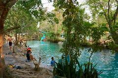 Голубая лагуна в Vang Vieng, Лаосе, известном назначении перемещения с чистой водой и тропическим ландшафтом стоковая фотография rf