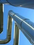 голубая нефть прокладывает трубопровод небо стоковая фотография rf