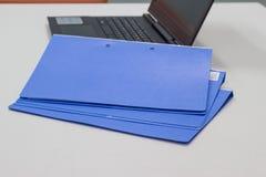 Голубая папка файла с документами для представления стоковая фотография rf