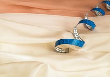 Голубая переплетенная рулетка на сливк и бежевом Тюль с волнами стоковое изображение rf