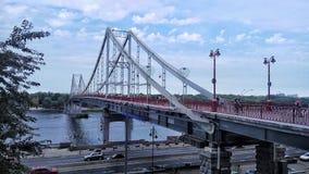 голубая перспектива Мост на реке в деталях Взгляд красоты неба с облаками, архитектурой, лесом и ландшафтом Стоковые Изображения