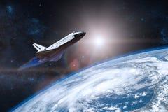 голубая планета земли Космический летательный аппарат многоразового использования принимая на полет стоковое фото rf