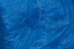 Голубая пластичная текстура скомканной части целлофана стоковое изображение rf