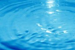 голубая поверхностная яркая вода Стоковая Фотография
