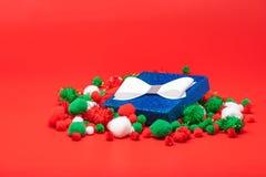Голубая подарочная коробка рождества на красной предпосылке стоковые изображения