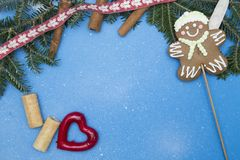 Голубая праздничная предпосылка с елевыми ветвями, пряником и украшениями Стоковые Изображения RF
