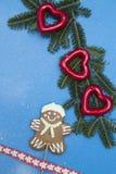 Голубая праздничная предпосылка с елевыми ветвями, пряником и украшениями Стоковая Фотография RF