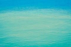 Голубая пульсация моря, текстура свежей воды волны вниз отражает восход солнца стоковое изображение rf