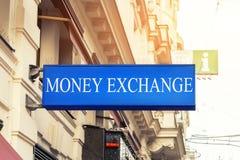 Голубая разменная контора денег singnboard lightbox в старом историческом центре города Touristic финансовые обслуживания стоковые изображения