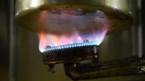Голубая рамка огня на варить бак на используемой печи газа в кухне для концепции безопасности акции видеоматериалы