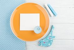 Голубая салфетка, карточка, деревянная птица и свеча, космос для текста Стоковое Изображение