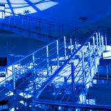 голубая самомоднейшая лестница офиса Стоковая Фотография RF