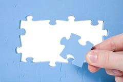 голубая собирая головоломка руки Стоковое Изображение RF