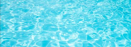 Голубая сорванная вода в знамени летних каникулов бассейна стоковое фото rf