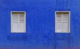 Голубая стена, 2 белых окна Стоковые Фото