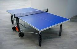 Голубая таблица настольного тенниса на деревянном поле Стол для пинг-понга стоковое изображение rf