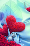 Голубая ткань сатинировки с красными сердцами Стоковые Изображения RF