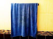 Голубая ткань с яркими цветами Выглядеть странные стоковые изображения rf