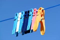 голубая ткань pegs небо вниз Стоковое Изображение