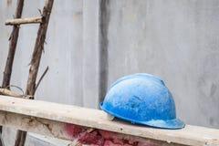 Голубая трудная шляпа на месте строительной конструкции Стоковые Фотографии RF