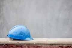 Голубая трудная шляпа на месте строительной конструкции Стоковое фото RF