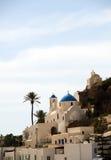 голубая церковь cyclades придает куполообразную форму: греческие острова острова ios Стоковые Фотографии RF