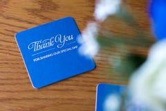 Голубая циновка пива торжества с серебряным текстом на деревянном столе на Стоковая Фотография RF