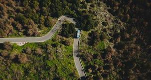 Голубая шина поворачивает налево на вид с воздуха дороги горы Опасная узкая подъездная дорога леса Обеспечение безопасности на до акции видеоматериалы