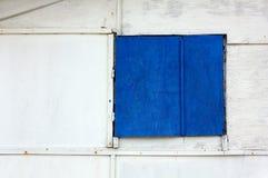 Голубая штарка на деревянной внешней стене Стоковое Изображение