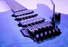 голубая электрическая гитара partic стоковые фотографии rf