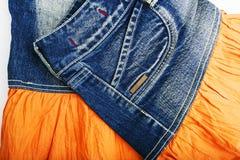 Голубая юбка джинсовой ткани на белой предпосылке Стоковые Изображения RF