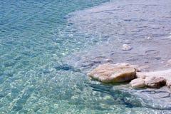 голубая ясная мертвая морская вода Израиля Стоковая Фотография RF