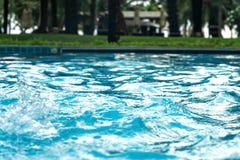 Голубая ясная свежая вода в джакузи Предпосылка массажа спа лазурный цвет стоковые изображения