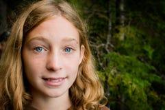 голубая eyed девушка довольно стоковая фотография