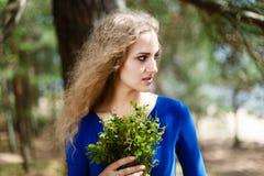Голубики в руках закрывают вверх по естественной еде Стоковая Фотография
