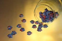 голубое бутылочное стекло вне играет главные роли Стоковые Фотографии RF