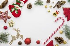 голубое волшебство рамки рождества Красный цвет, золото и зеленое украшение рождества на белой квартире взгляд сверху предпосылки стоковое фото rf