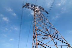 голубое высокое напряжение тока неба опоры Стоковые Изображения
