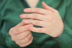 голубое гениальное женское кольцо руки золота Стоковое Изображение RF