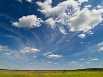 голубое глубокое небо зеленого цвета поля Стоковое Фото