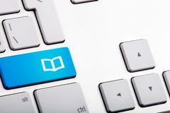 Голубое дно на компьтер-книжке с открытой книгой - близкое поднимающим вверх Стоковое Изображение RF