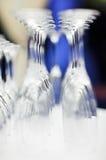 голубое запачканное вино установленное стеклами upturned Стоковое Изображение