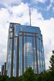 голубое здание кирпича заволакивает стеклянное небо Стоковые Изображения