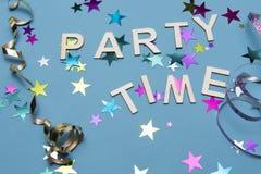 Голубое изображение партии предпосылки с словами party время окруженное красочными звездами Стоковые Фотографии RF