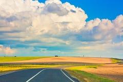 голубое изогнутое пустое небо дороги Стоковые Фотографии RF
