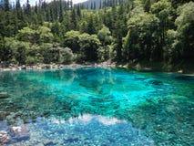 Голубое и зеленое озеро стоковые фото