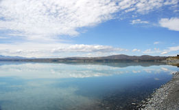 голубое ледниковое озеро над небом Стоковые Изображения