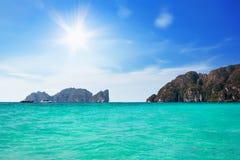 Голубое море в заливе Tonsai с Phi Leh на предпосылке, Phi Phi Phi Ko острова Phi Phi, Таиландом стоковые изображения rf